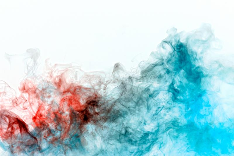 Multicolored krullende rook, rode blauwe damp, krulde in abstracte vormen en patronen op een witte achtergrond, herhalend de bewe stock afbeelding