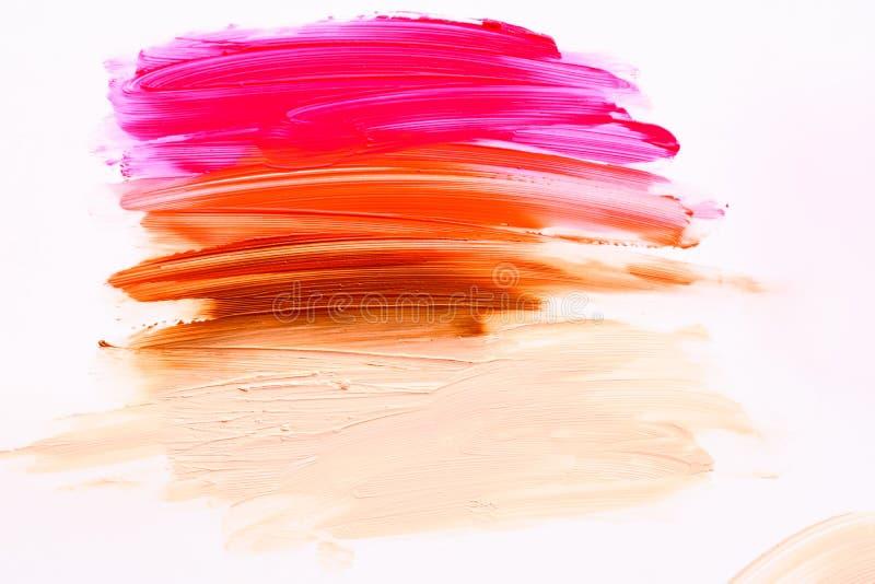 Multicolored lipstic smudge wit geïsoleerde achtergrond Roodbruine oranje lipstic smudge royalty-vrije stock foto's