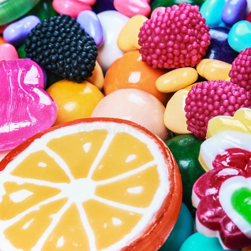 Multicolored lollys, suikergoed en kauwgomachtergrond stock foto