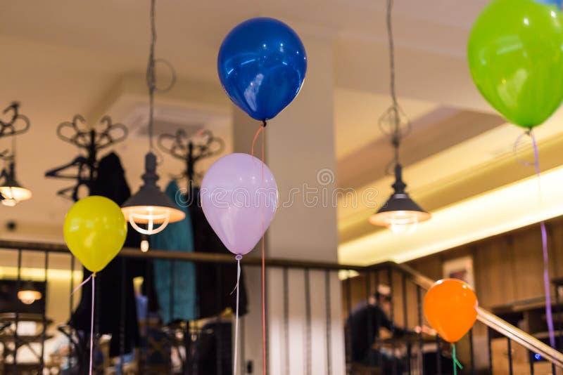 Multicolored lucht baloons binnen Voorbereiding voor partij Decoratie van binnenland De vieringsconcept van de kinderenverjaardag royalty-vrije stock foto