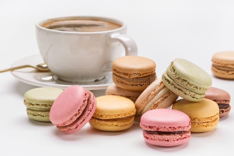 Multicolored makarons en koffie met schuim royalty-vrije stock foto