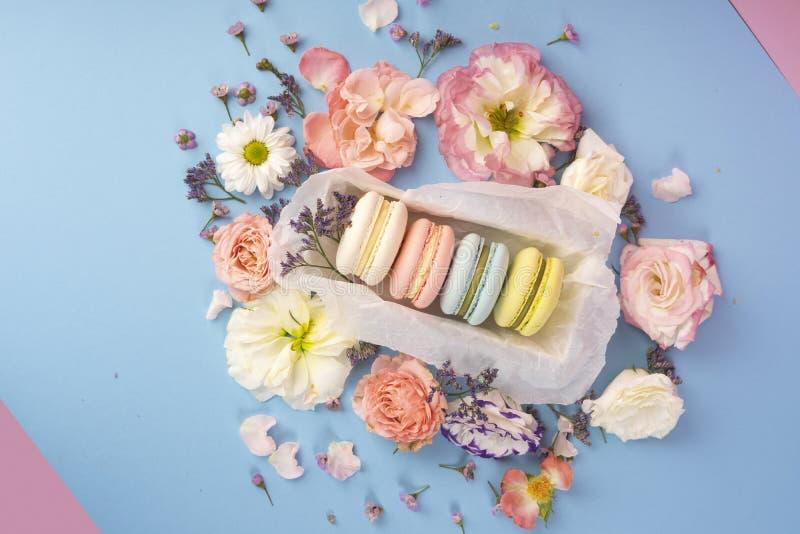 Multicolored makaronscakes met grote en kleine verschillende bloem royalty-vrije stock afbeeldingen