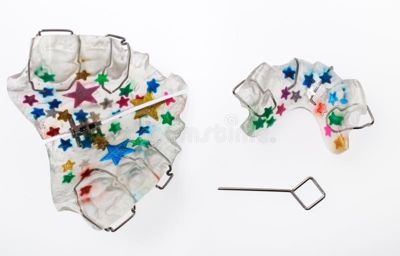 Multicolored orthodontisch toestel voor een kind royalty-vrije stock fotografie