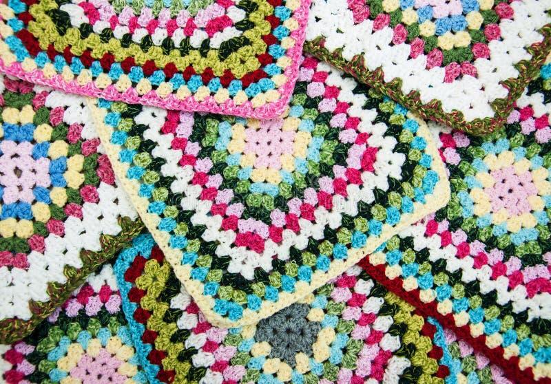 Multicolored plaidvierkanten van gehaakt stock foto
