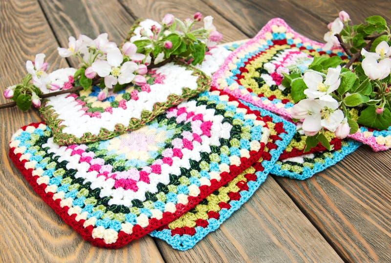Multicolored plaidvierkanten van gehaakt stock fotografie