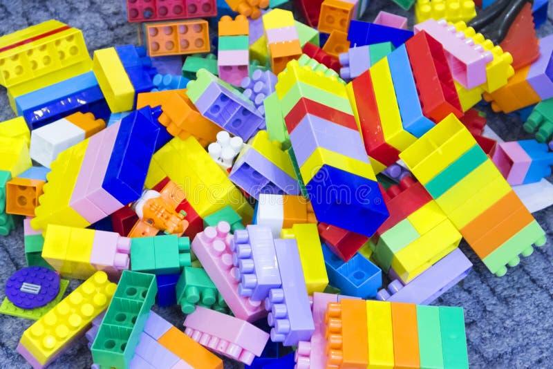 Multicolored plastic heel wat stuk speelgoed van het delenblok royalty-vrije stock afbeelding