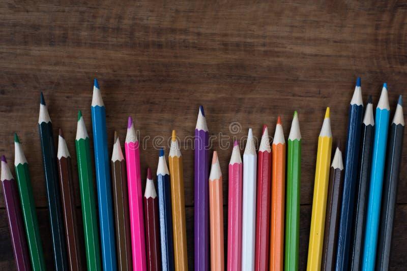 Multicolored potlood op een houten lijst royalty-vrije stock afbeelding