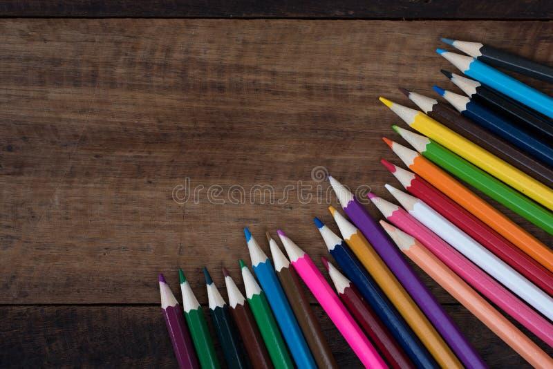 Multicolored potlood op een houten lijst stock fotografie