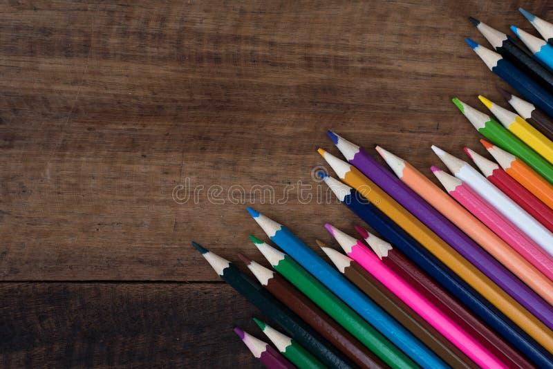 Multicolored potlood op een houten lijst stock foto's