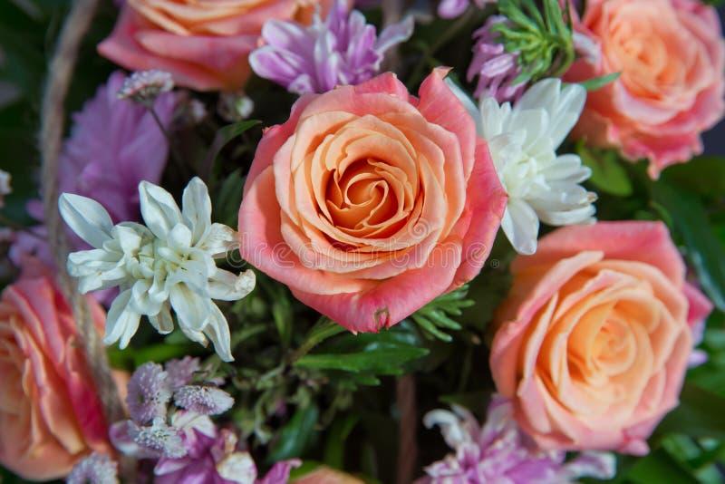 Multicolored rozen in een bloemenhuwelijksdecoratie Mooi boeket van rozenclose-up Roze nam, mooie aardachtergrond toe royalty-vrije stock foto