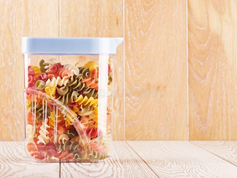 Multicolored Ruwe Spiraalvormige Deegwaren in Kruik stock fotografie