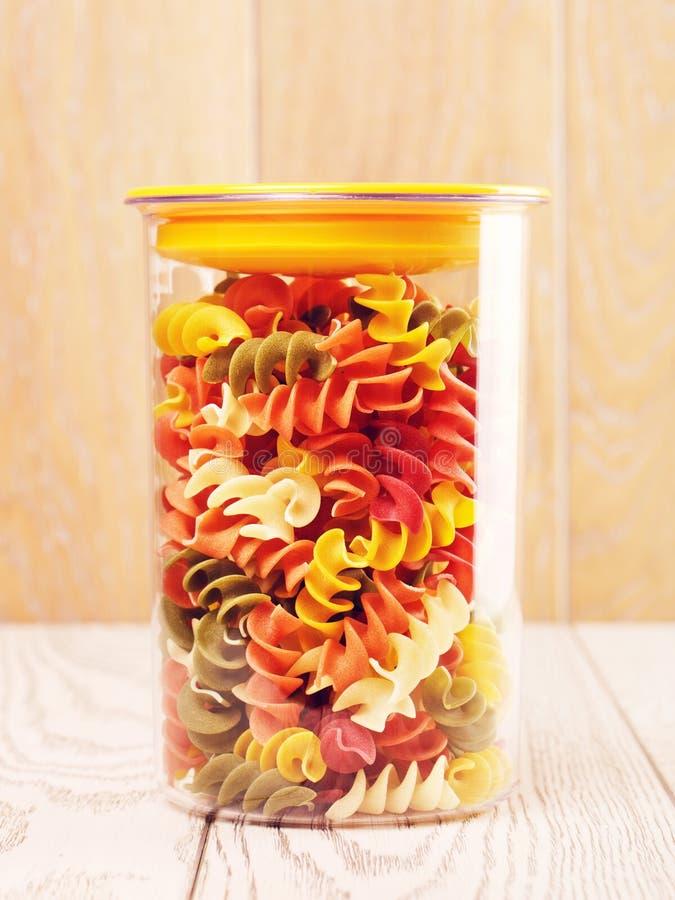 Multicolored Ruwe Spiraalvormige Deegwaren in Kruik stock afbeelding