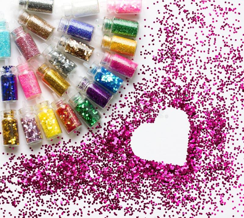 Multicolored schitter in de plaats van de flessenmake-up voor tekst in hart stock afbeelding