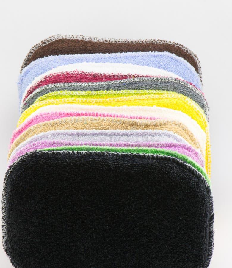 Multicolored schoonmakende sponsen stock afbeelding