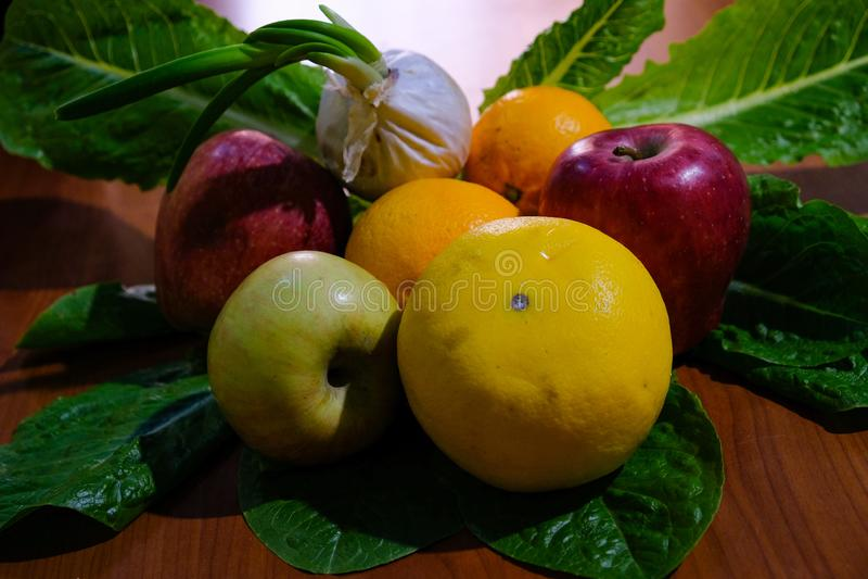 multicolored seizoengebonden fruitsamenstelling, eigengemaakt landbouwproduct in Italië royalty-vrije stock fotografie