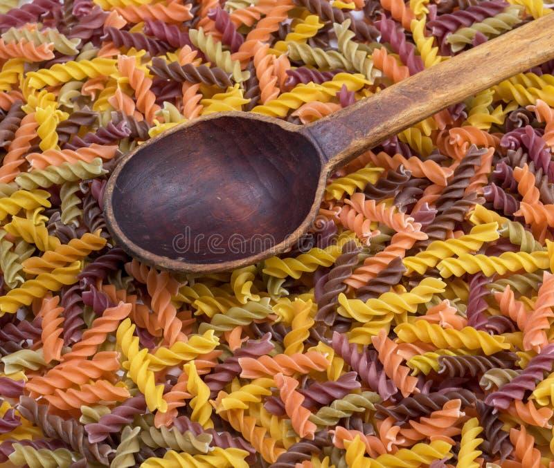 Multicolored spiraalvormige ruwe deegwarenfusilli stock fotografie
