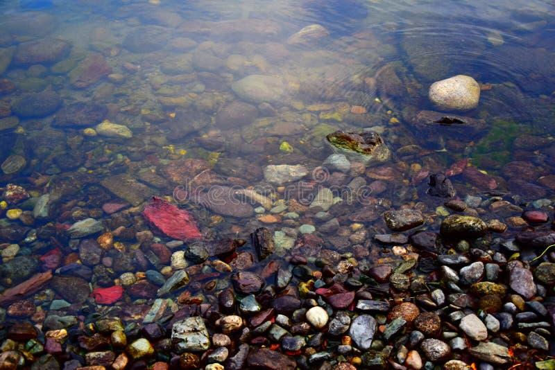 Multicolored stenen en de water` s rand op de kust van het Teletskoye-Meer Berg Altai stock foto