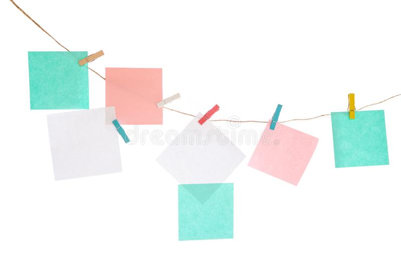 Multicolored stickers op de kabel op wit geïsoleerde achtergrond Plaats voor uw inschrijvingen royalty-vrije stock afbeeldingen