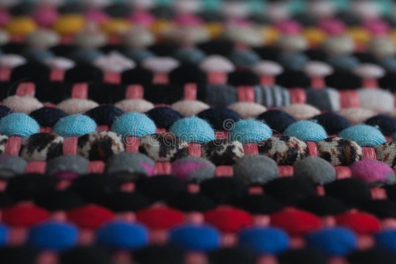 Multicolored stoffentextuur en achtergrond Sluit omhoog mening van kleurrijk tapijt met selectieve nadruk royalty-vrije stock fotografie