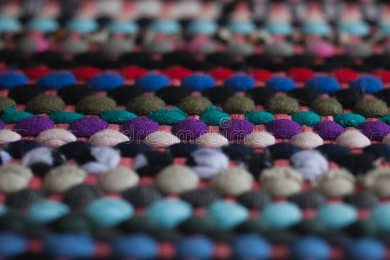 Multicolored stoffentextuur en achtergrond Sluit omhoog mening van kleurrijk tapijt met selectieve nadruk stock foto's