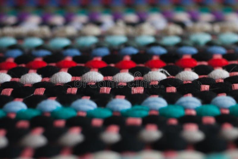 Multicolored stoffentextuur en achtergrond Sluit omhoog mening van kleurrijk tapijt met selectieve nadruk stock afbeeldingen