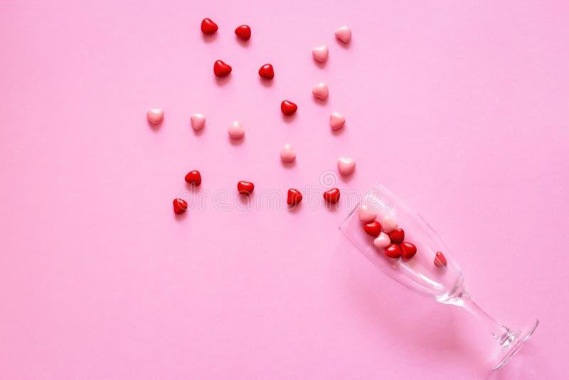 Multicolored suikergoed of Pillen in de vorm van harten in wijnglas De Dag van conceptenvalentine of Geneeskunde, Apotheek, Cardi stock afbeelding