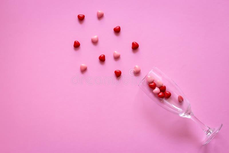 Multicolored suikergoed of Pillen in de vorm van harten in wijnglas De Dag van conceptenvalentine of Geneeskunde, Apotheek, Cardi stock afbeeldingen