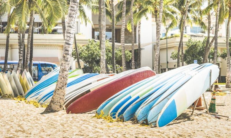 Multicolored surfplanken bij Waikiki-Strand in Honolulu Hawaï royalty-vrije stock foto's