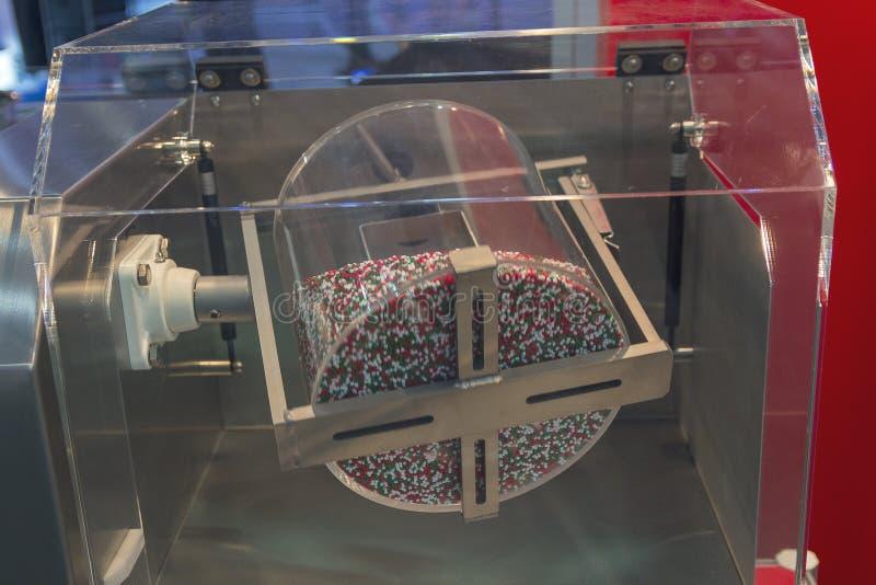 Multicolored tabletten worden gemengd in een trommel royalty-vrije stock foto's