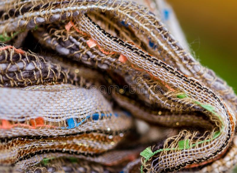 Multicolored textiel met bruine tonen en kleurrijke accenten en rijke textuur stock foto