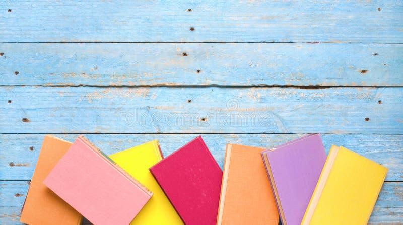 Multicolored vlakke boeken, leggen, goede exemplaarruimte royalty-vrije stock foto