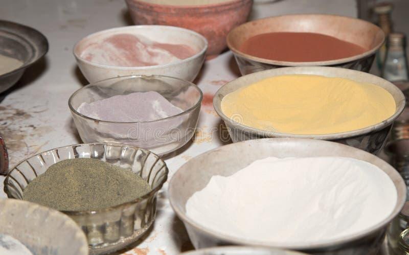 Multicolored zand voor traditionele herinneringen in Jordanië stock foto's