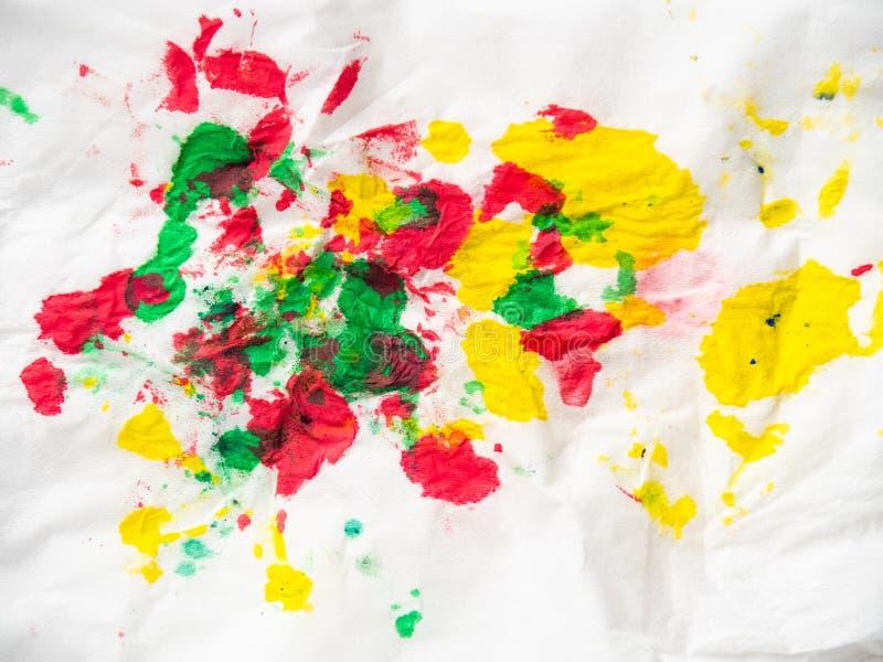 Multicolour abstrakt bakgrund, stänger sig upp sikt Gula, gröna och röda målarfärgfläckar på vitbok Färgglade inkblots på royaltyfri fotografi