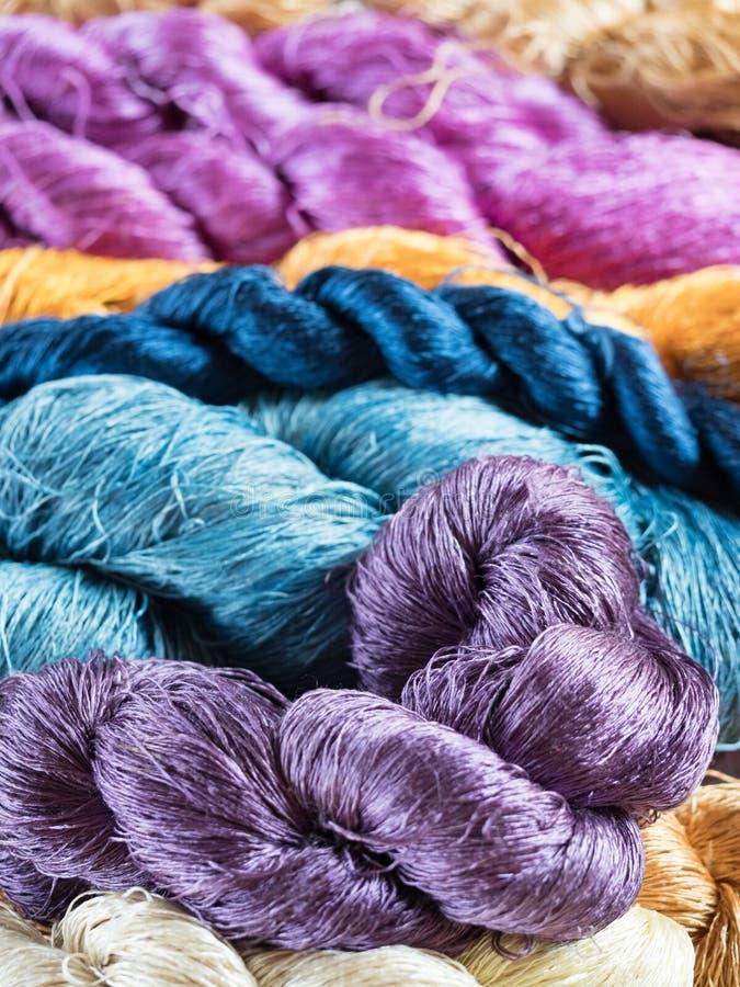 Multicoloured natuurlijke zijde Organische lao kleurstoffen, Luang Phabang royalty-vrije stock afbeeldingen