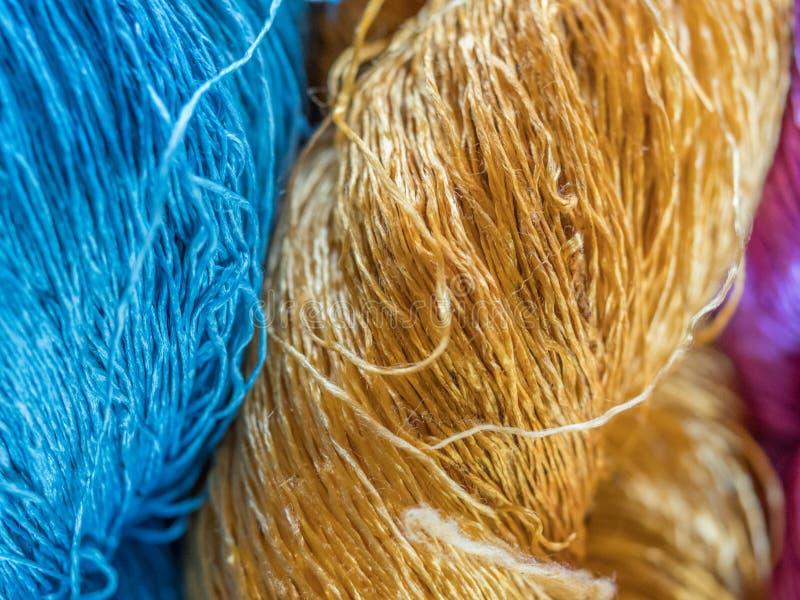 Multicoloured natuurlijke zijde Organische lao kleurstoffen, Luang Phabang royalty-vrije stock foto's