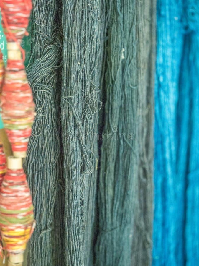Multicoloured natuurlijke zijde Organische lao kleurstoffen, Luang Phabang stock foto's