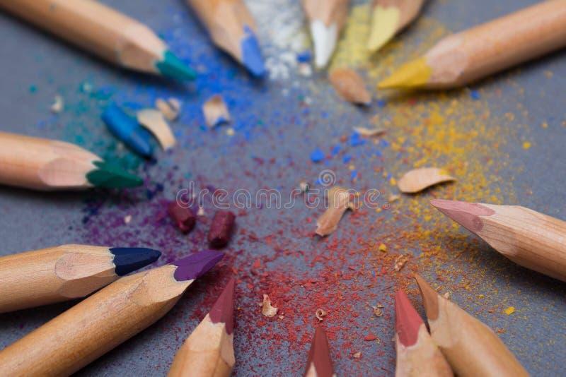 Multicoloured potloden op grijze achtergrond royalty-vrije stock afbeelding
