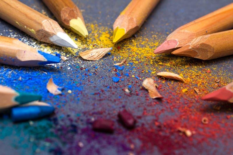 Multicoloured potloden op grijze achtergrond stock afbeelding