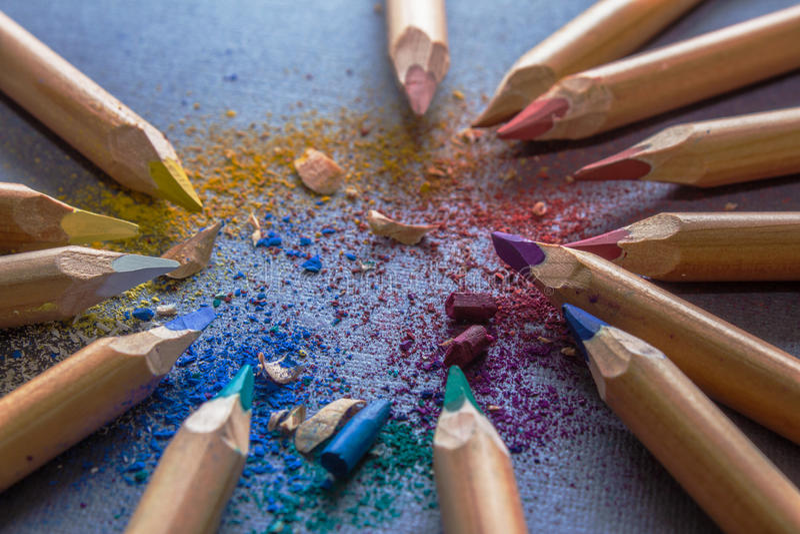 Multicoloured potloden op grijze achtergrond stock afbeeldingen