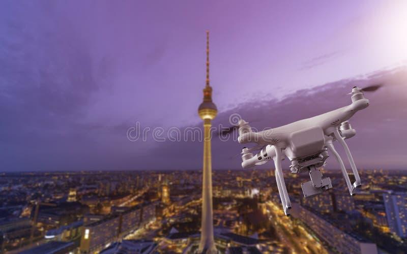 Multicopter som flyger över Berlin Cityscape arkivfoton