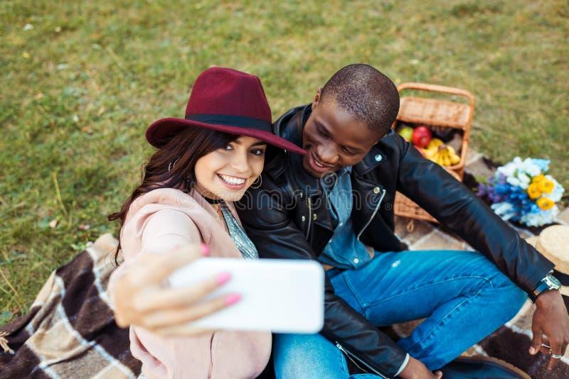 multicultureel paar die selfie met smartphone bij nemen stock foto's