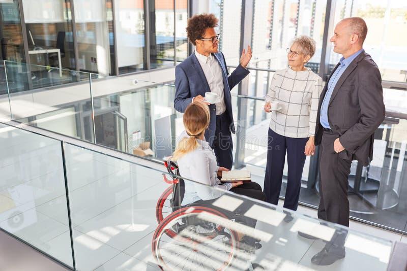 Multicultureel zakenteam met collega in een rolstoel royalty-vrije stock foto