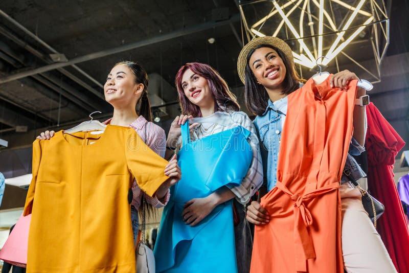 Multiculturele hipster jonge meisjes die in boutique winkelen stock fotografie