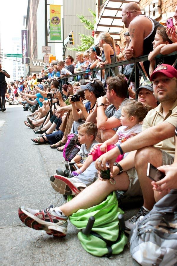 A multidão alinha a rua em Atlanta para olhar Dragon Con Parade imagem de stock