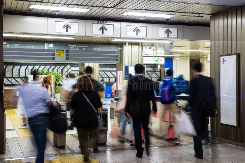 Multidão borrada de povos na estação de metro no Tóquio, Japão metro imagens de stock royalty free