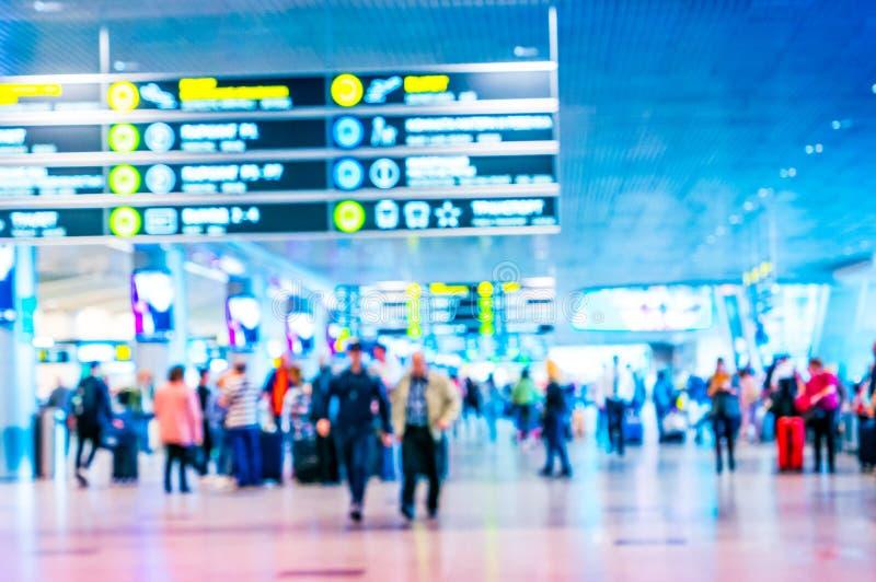 Multidão borrada do terminal de aeroporto de povos de viagem fotografia de stock