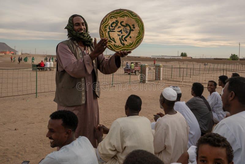 Multidão Cheering em um fósforo de futebol em Abri, Sudão - em novembro de 2018 imagens de stock royalty free