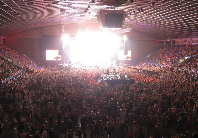 Multidão Cheering em uma sala de concertos fotos de stock royalty free