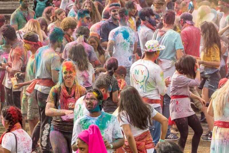 Multidão coberta na cor no festival Wellington de Holi fotografia de stock royalty free