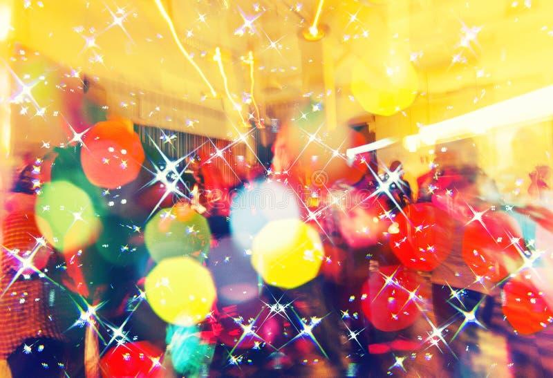Multidão colorida no concerto, na noite do disco, no fundo de dança do conceito, do partido e do clube noturno imagens de stock royalty free